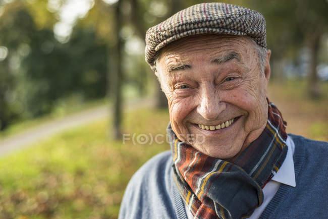 Портрет счастливого пожилого человека на открытом воздухе — стоковое фото