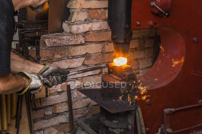 Couteau fabricant dans l'atelier au travail — Photo de stock