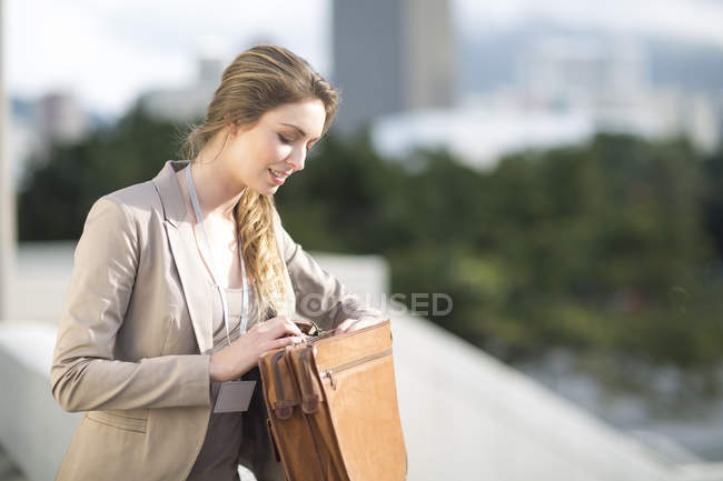 Geschäftsfrau sucht etwas in ihrer Aktentasche — Stockfoto
