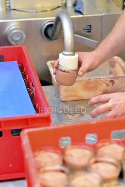 Détail de la production de saucisses de foie dans une boucherie — Photo de stock