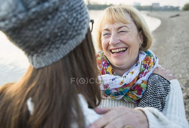 Ritratto di donna anziana bionda sorridente faccia a faccia con sua nipote — Foto stock
