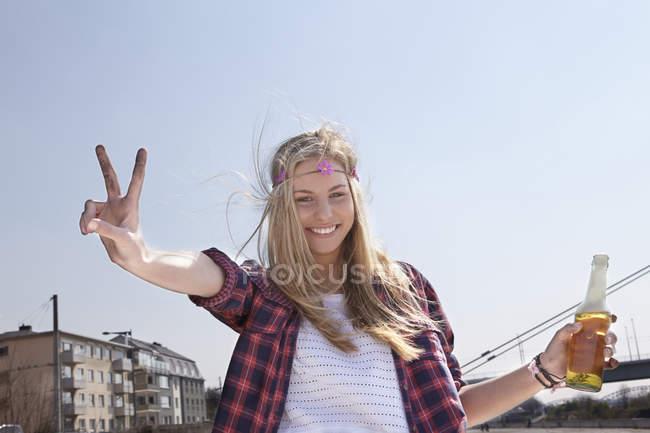 Glückliche junge Frau mit Bierflasche — Stockfoto