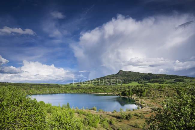 Germania, Baden-Wuerttemberg, distretto di Costanza, Mostra da vedere Binninger e Hohenstoffeln sullo sfondo, paesaggio scenico al lago verde — Foto stock