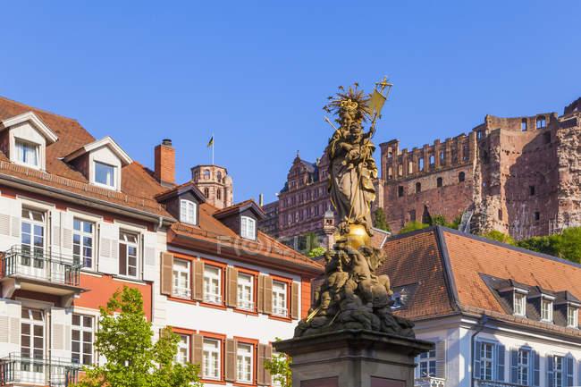 La vieille ville, du marché du maïs, Marian Column, Château de Heidelberg dans le fond, Heidelberg, Bade-Wurtemberg, Allemagne — Photo de stock