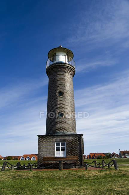 Черный вид маяк в дневной Солнечный свет — стоковое фото