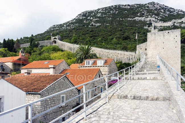 Croatia, Peljesac, Ston, Historic old town with city wall — Stock Photo