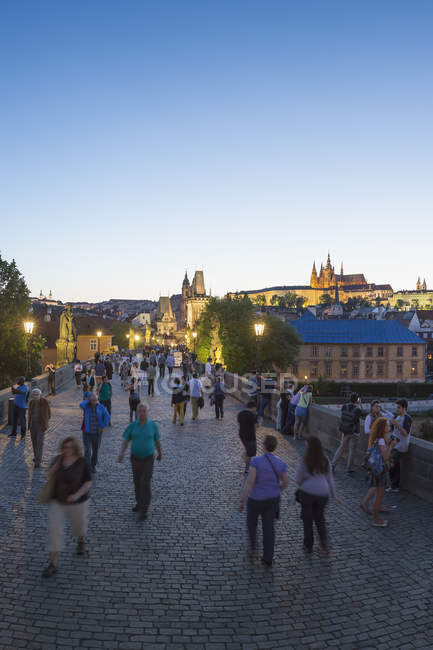Czech Republic, Prague, People on Charles Bridge in the evening twilight — Stock Photo