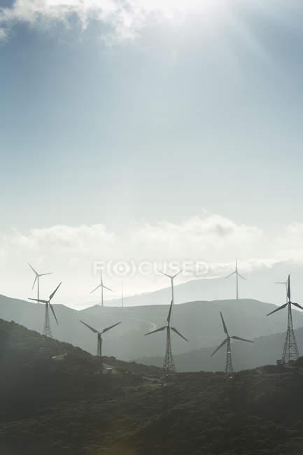 Espagne, Andalousie, Tarifa, Parc éolien en montagne contre le soleil — Photo de stock