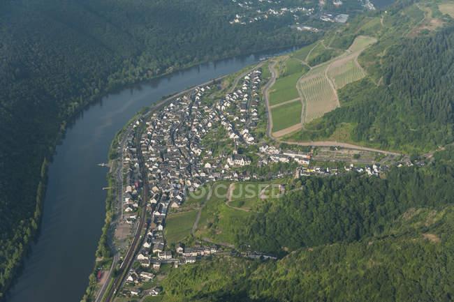 Alemania, Renania-Palatinado, vista aérea de Klotten con el río Mosela - foto de stock