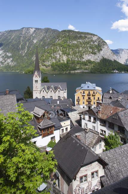 Austria, alta Austria, Salzkammergut, Hallstatt, lago Hallstaetter See y evangélico iglesia vista - foto de stock
