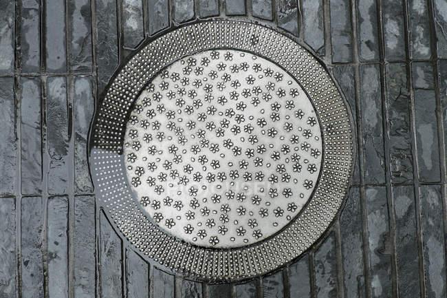 Kanaldeckel mit floralem Muster — Stockfoto