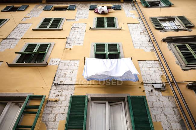 Fronte casa con lavanderia all'aperto vista — Foto stock