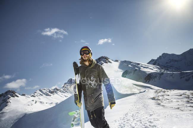 Сноубордист, стоя в горах в дневное время — стоковое фото