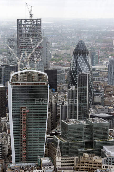 Großbritannien, Endland, London, Southwark, Blick vom The Shard auf Financial district mit The Gherkin und Baustellen — Stockfoto