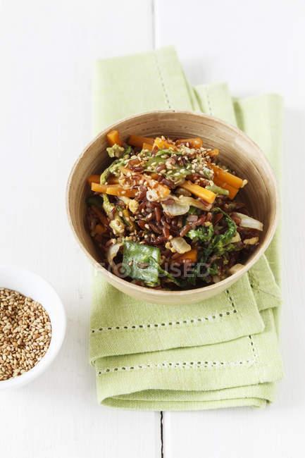 Plato de wok con arroz rojo - foto de stock