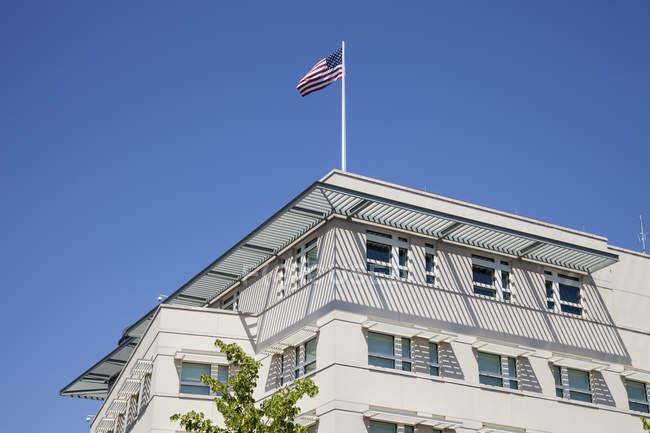 Німеччина, Берлін, частиною фасаду нас Посольства з американським прапором — стокове фото