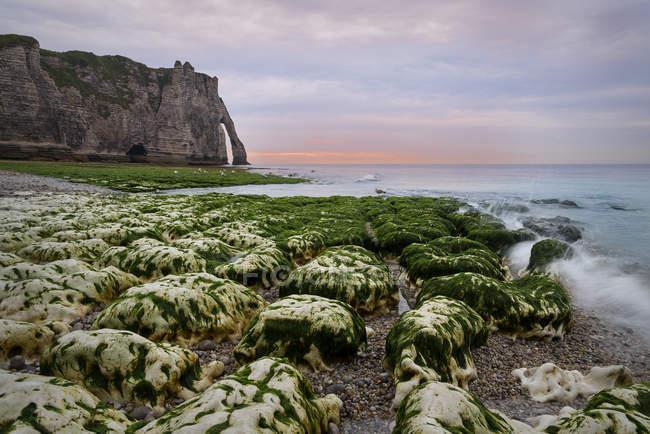 Francia, Alta Normandia, Etretat, Costa in serata — Foto stock
