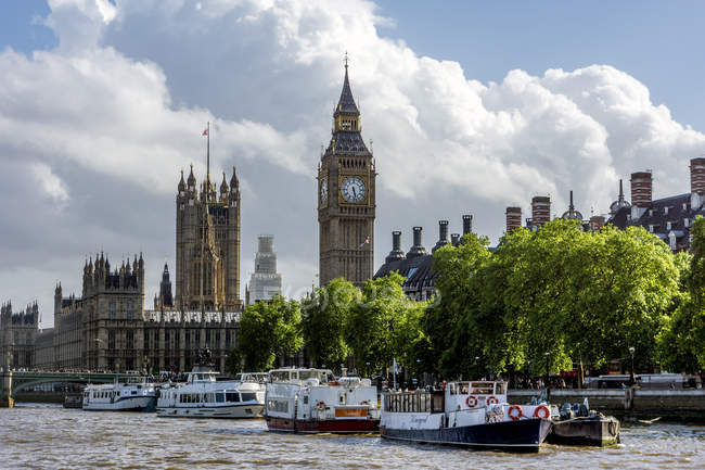 United Kingdom, England, London, Westminster View from Themse river to Palace of Westminster with Victoria  Tower and Elizabeth Tower, Excursion boats in the foreground — Stock Photo