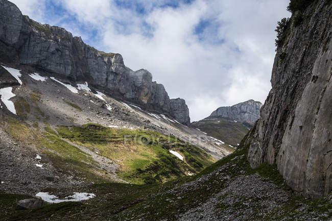 Австрия, Тироль, высокие Альпы Альгау, природа заповедника Hoher Ifen, Кляйнвальсер долина и скалистые горы — стоковое фото