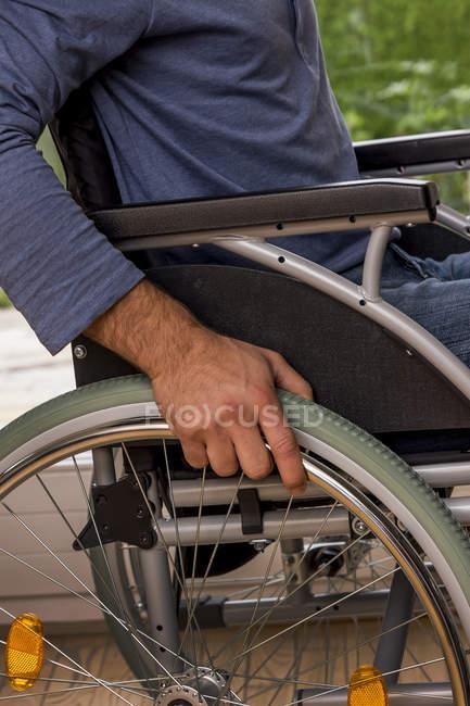 Обрезанное мнение человека, сидя в инвалидном кресле — стоковое фото