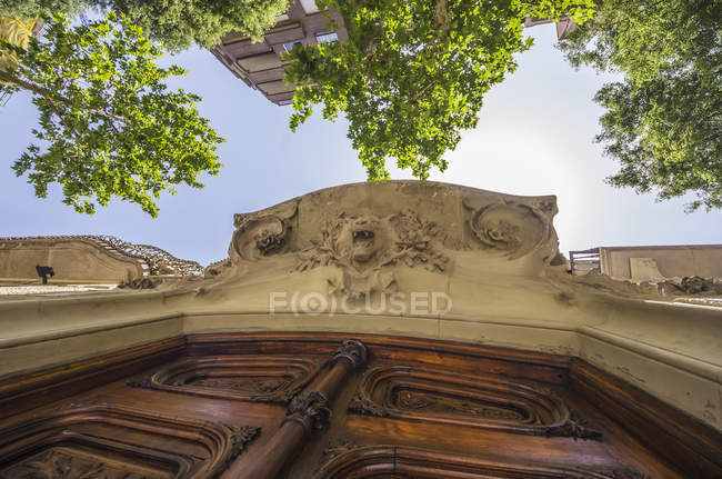 Spain, Barcelona, Eixample, entrance door with stucco — Stock Photo