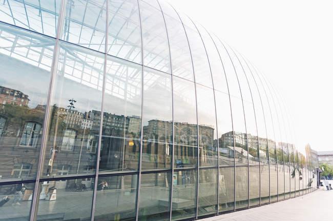 Francia, nuova facciata di vetro dell'Alsazia, Strasburgo, proteggendo la vecchia facciata della stazione principale — Foto stock