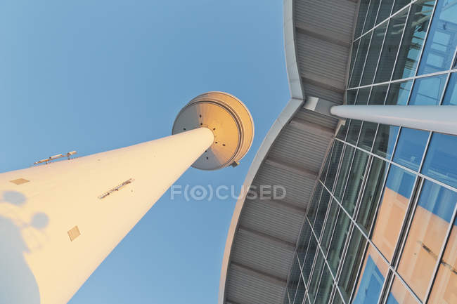Alemania, Hamburgo, ve a la torre de la televisión y el comercio justo del edificio desde abajo - foto de stock