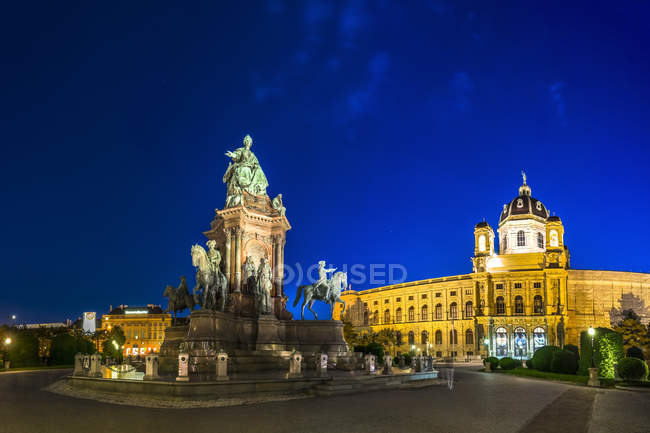 Austria, Vienna, Maria-Theresien-Platz, Museum of Natural History and Maria Theresa Memorial in the evening — Stock Photo