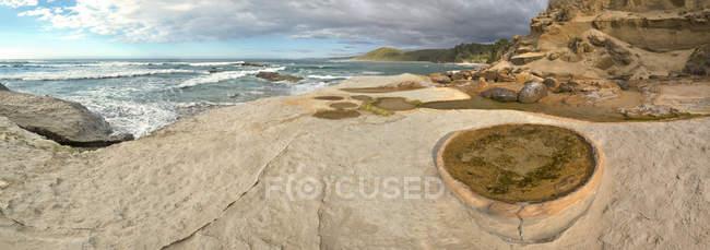 Nuova Zelanda, Isola del Sud, Tasman, Kahurangi Point, piscina rocciosa in sedimenti calcarei erosi — Foto stock