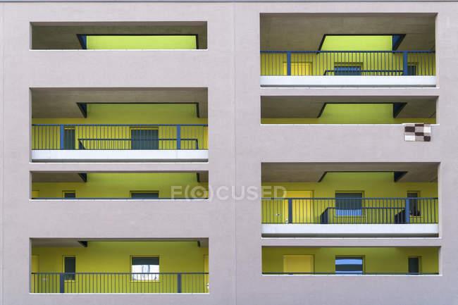 Vista della facciata della moderna casa plurifamiliare durante il giorno — Foto stock