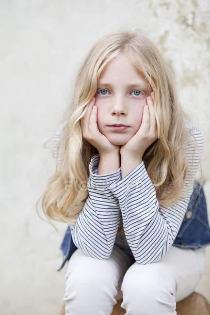 Портрет скучно девушка, сидящая с головой в руках — стоковое фото