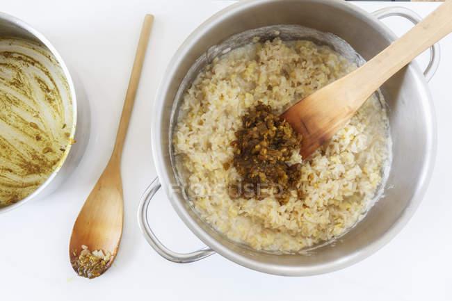 Topf mit gekochtem Reis und Mungbohnen mit gemischten Kräutern und gedünsteten Zwiebeln — Stockfoto