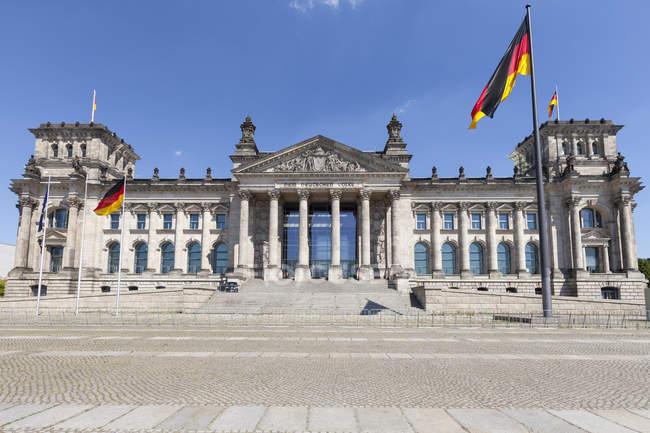 Deutschland, Berlin, Berlin-Tiergarten, Reichstagsgebäude tagsüber — Stockfoto