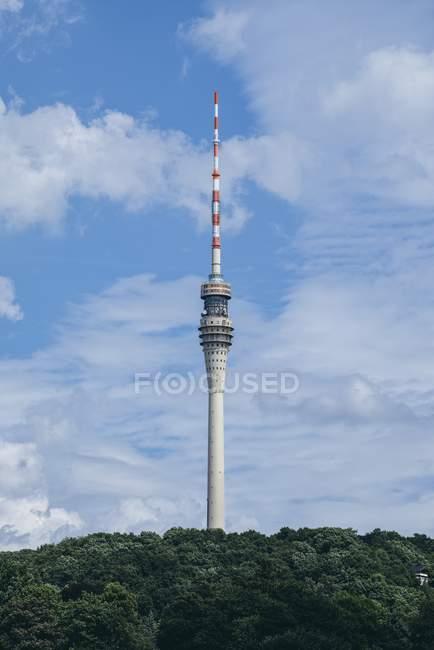 Alemania, Sajonia, Dresde, vista a la torre de televisión en la ladera - foto de stock