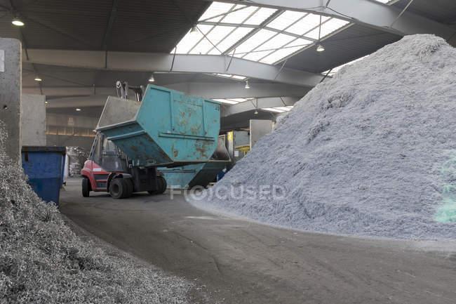 В помещении завода по переработке металлолома — стоковое фото