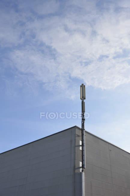 Germany, Bavaria, Ottendichl, Transmitter mast on a grey house front — Stock Photo