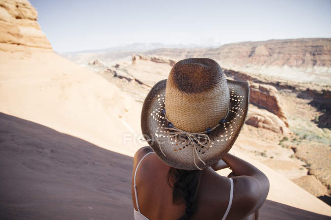 Stati Uniti, Utah, giovane donna che gode la vista del Parco nazionale di Arches, vista posteriore — Foto stock