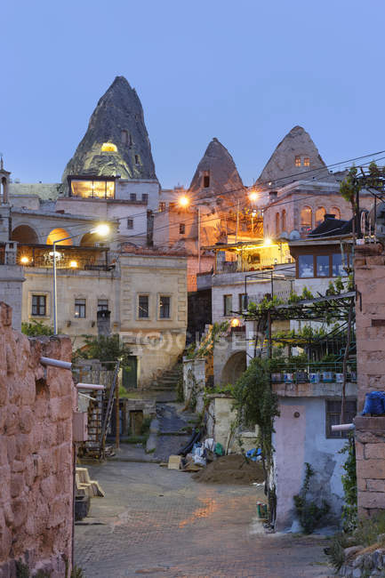 Turkey, Eastern Anatolia, Cappadocia, Fairy chimneys at Goereme National Park, Houses in Goereme in the evening — Stock Photo