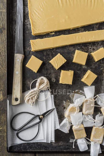 Closeup de caramelos caseiros na bandeja de cozimento — Fotografia de Stock
