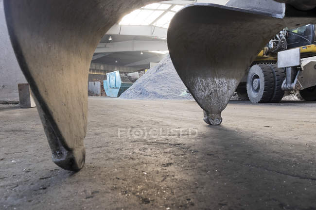 Clamshell of an excavator shovel in a scrap metal recycling plant — Stock Photo