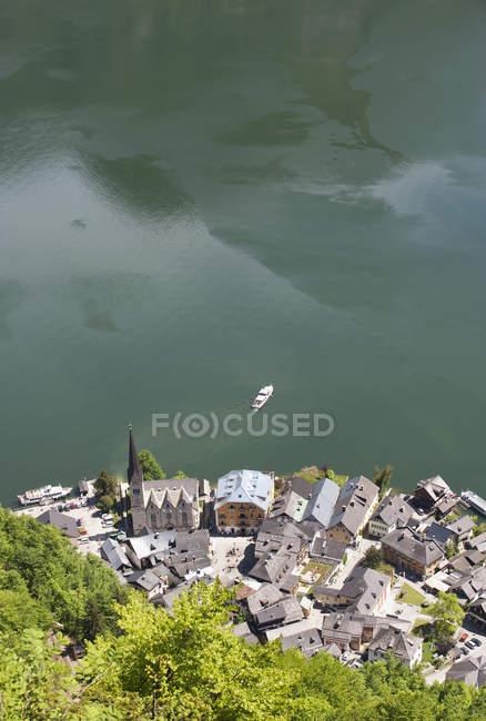 Austria septentrional, Salzkammergut, Austria, Hallstatt, alta vista del lago Hallstaetter See y ferry - foto de stock