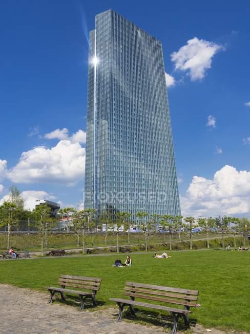 Alemanha, Hesse, Frankfurt, novo prédio do Banco Central Europeu com banhos de sol as pessoas em primeiro plano — Fotografia de Stock