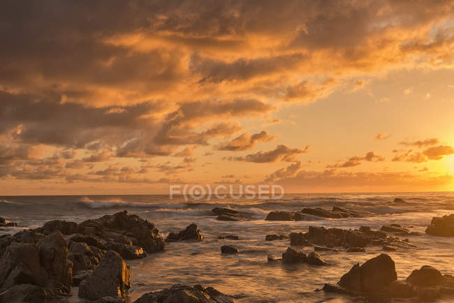 Australia, New South Wales, Tweed Shire, sunrise at rocky shore of Hastings Point — Stock Photo