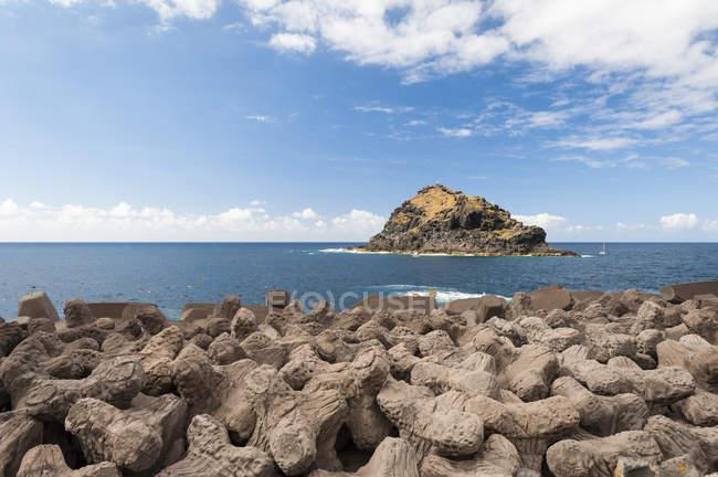 Іспанія, Канарські острови, Тенеріфе, поблизу оточених, скелясті острова в море на північному узбережжі — стокове фото