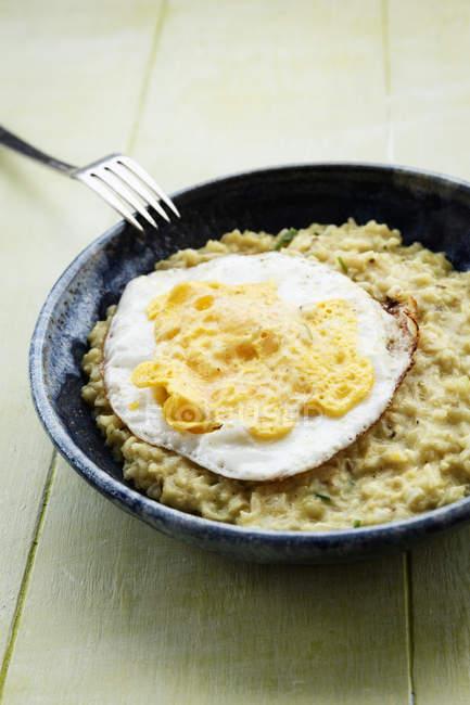 Страви вегетаріанської страва з смаженим яйцем — стокове фото