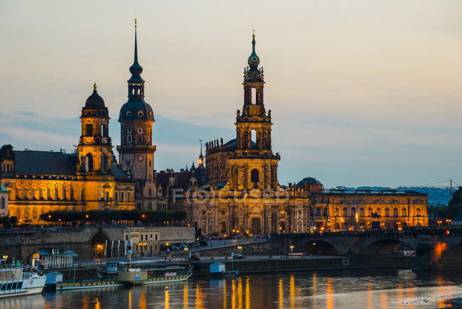 Германия, Дрезден города городской пейзаж зрения освещается в ночное время — стоковое фото