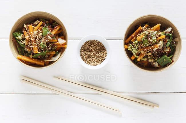 Wok блюдо з червоний рис з паличками для їжі на столі — стокове фото