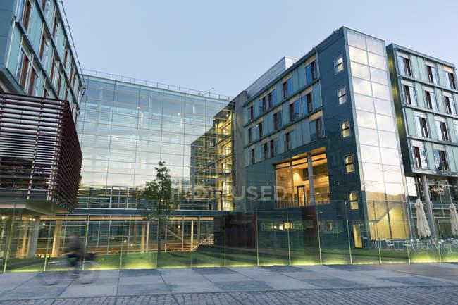 Germania, Berlino, veduta dell'edificio Jakob-Kaiser al crepuscolo — Foto stock