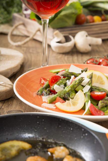 Блюдо середземноморської низкоуглеводная із зеленою спаржею і креветки — стокове фото