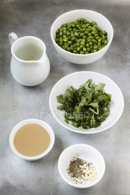 Tigelas de ingredientes de hummus de coentro ervilha em metal, visão elevada — Fotografia de Stock
